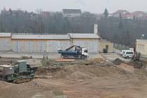 Dělníci dokončili demoliční práce v bývalém autoparku policie ve Znojmě.