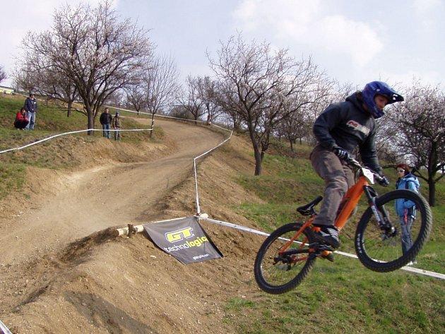 Biker Richard Sýkora na skoku těsně před cílem.