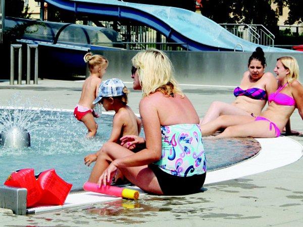 Od uplynulého víkendu míří zástupy lidí do znojemské plovárny vLouce. Ta tak zažívá od počátku letošní sezony své nejlepší dny, co se návštěvnosti týče.