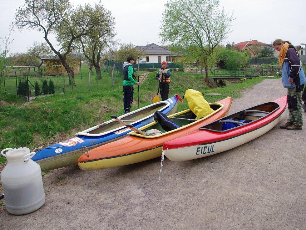 Kolem devadesáti vodáků vyrazilo v sobotu na první jarní plavbu po Dyji z Dobšic do Krhovic a Hrádku.