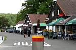 Řada restaurací a kiosků v těsném sousedství hráze vranovské přehrady.