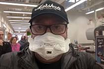 Autor reportáže měl štěstí. Respiratér získal náhodou od příbuzných. Lékárna v Kauflandu je neměla.