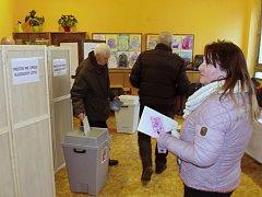 Ve třech volebních místnostech ve škole u znojemského Jubilejního parku bylo bezprotředně po zahájení voleb rušno.
