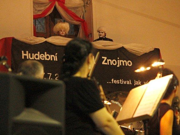 Hosté slavnostního zahájení 10. ročníku Hudebního festivalu Znojmo zcela zaplnili jízdárnu Louckého kláštera ve Znojmě.