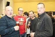 Na pátý roční Pivního korbelu přišlo do hodonického kulturního domu více než pět stovek lidí. Sál byl plný, pivo teklo proudem.