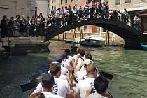 Devět znojemských kanoistů bylo v české posádce dračí lodě na mezinárodní vodácká akce Vogalonga v italských Benátkách.
