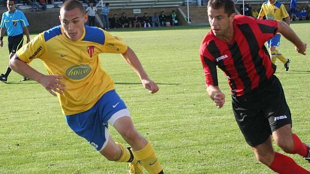 ILUSTRAČNÍ FOTO: Tasovičtí fotbalisté v utkání s Hodonínem.