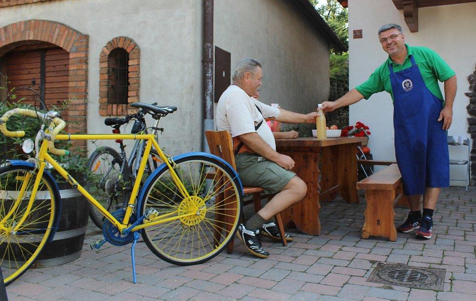 Vrbovečtí vinaři oznamovali otevřené sklepy nažluto natřenými bicykly...