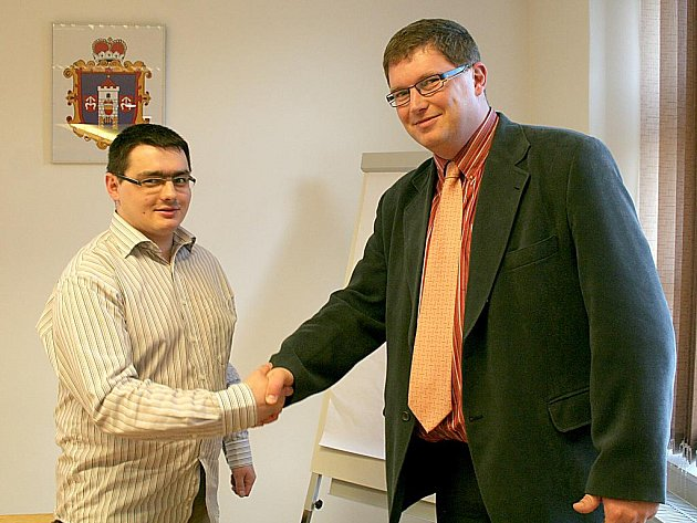 Novým místostarostou Moravského Krumlova je Zdeněk Juránek (vlevo). Krátce po zvolení mu gratuloval starosta města Tomáš Třetina.