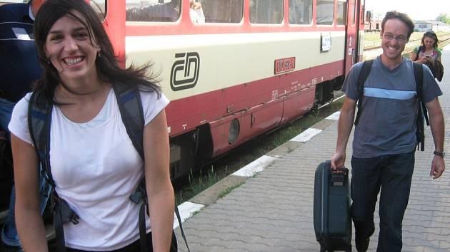 Lauren a Thomas přijíždějí na znojemské nádraží