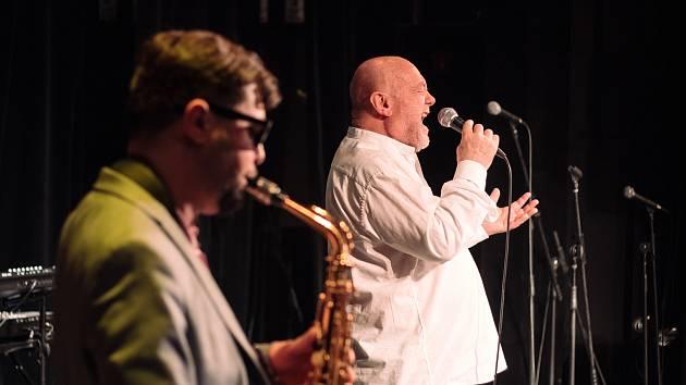 Hudbou v ulicích v podobě Zmrzlého jazzu a závěrečným koncertem patrona festivalu Petera Lipy vyvrcholil letošní ročník JazzFestu Znojmo.