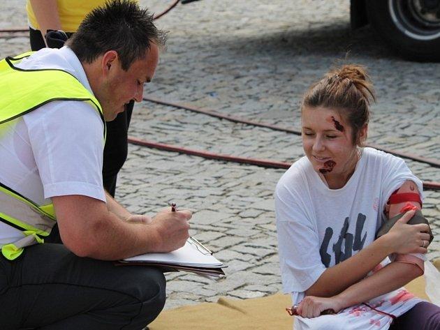 Hasiči i záchranáři zkoušeli při simulované nehodě, jak spolupracovat.