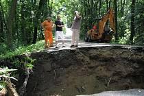 Po středeční bouřce se v Miroslavských Knínicích propadla silnice.