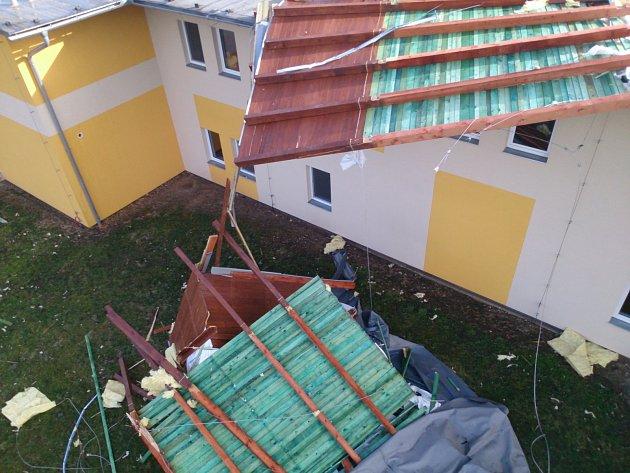 Utržená střecha domova pro seniory v Šanově.