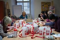 Pracovníci Znojemské charity sčítají obsahy kasiček z Tříkrálové sbírky. Ilustrační foto.