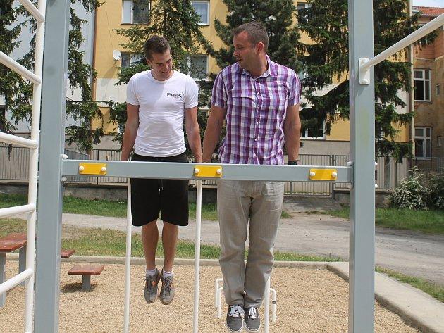 Nové znojemské street workoutové hřiště, které vzniklo pod širým nebem v Kolonce, ve vnitrobloku ulic Pražská a Slovenská. Vyzkoušet si jej přišli sportovci i představitelé radnice.