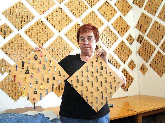 První jezdec od zipu si Anna Počarovská z Miroslavi na Znojemsku schovala před patnácti lety. Od té doby se její sbírka rozrostla na dva a půl tisíce kusů, má na ně vyrobeny speciální desky.