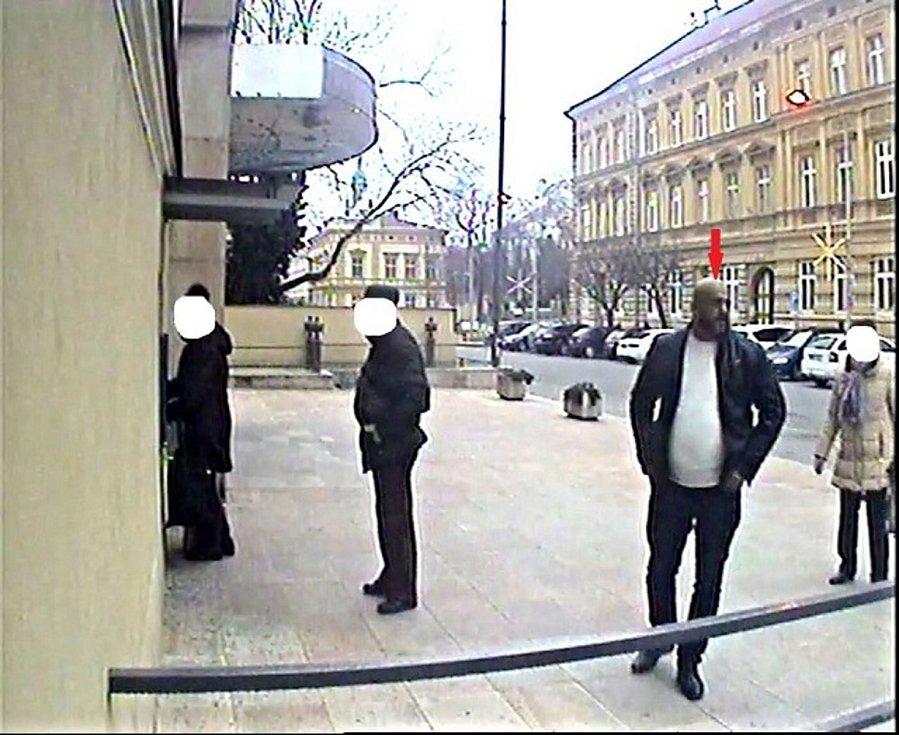 Pachatel  hovořil slovensky a vysoký je asi 180 centimetrů. Hledá ho policie.