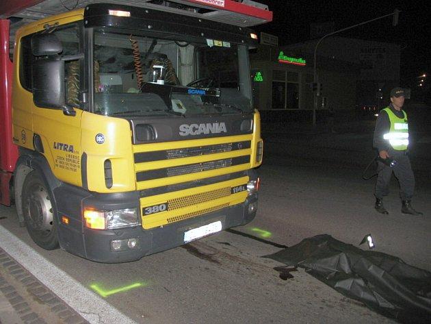 Smrtelná kolize nákladního auta s chodcem ve Znojmě