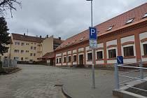 Celkem osm nových bytů především pro matky s dětmi v nouzi dokončili v Moravském Krumlově.