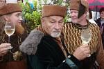 Tradiční Znojemské historické vinobrani ovládlo v pátek centrum města.K oblíbeným částem programu patří otevírání mázhausů.