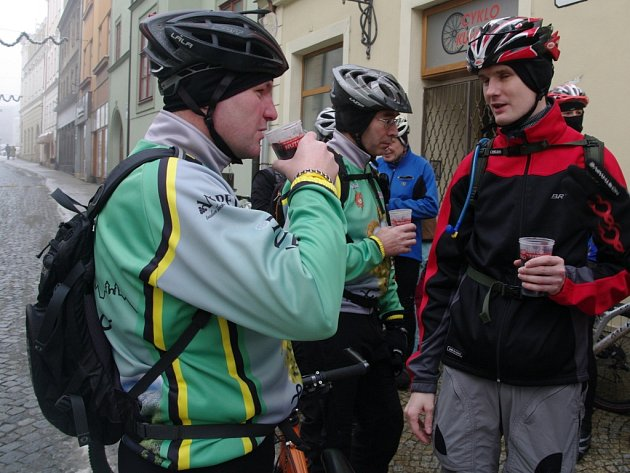 Ani mlha a místy zledovatělé silnice neodradily na Štědrý den dopoledne ty drsnější mezi znojemskými cyklisty od tradiční sváteční vyjížďky.