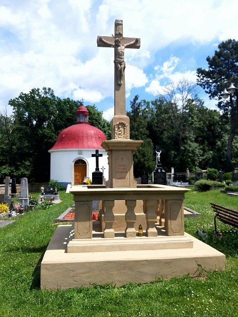Ústřední (Jelínkův) kříž na hřbitově zroku 1810.