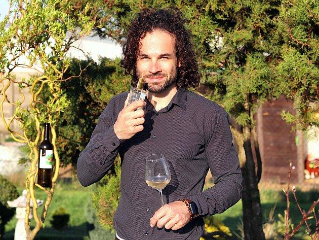 Potomek vinařské rodiny Vajčnerů Martin Vajčner vyrobil parfém z vůní tramínu.