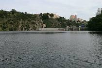 Ke zraněnému muži u znojemské přehrady museli záchranáři vyrazit na člunu.