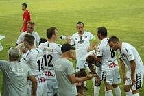 Fotbalisté Tasovic (v bílém) podlehli první zářijovou neděli týmu Lanžhotu 0:3.