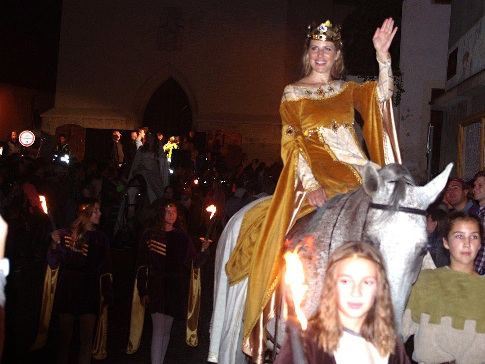K vrcholům pátečního programu Znojemského historického vinobraní patřil průvod českého krále Jana Lucemburského a jeho choti královny Elišky Přemyslovny. Královna Eliška Přemyslovna.