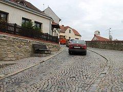 Navrhované změny a omezení v dopravě ve strmé ulici Napajedla ve Znojmě příslušnou komisí neprošly.