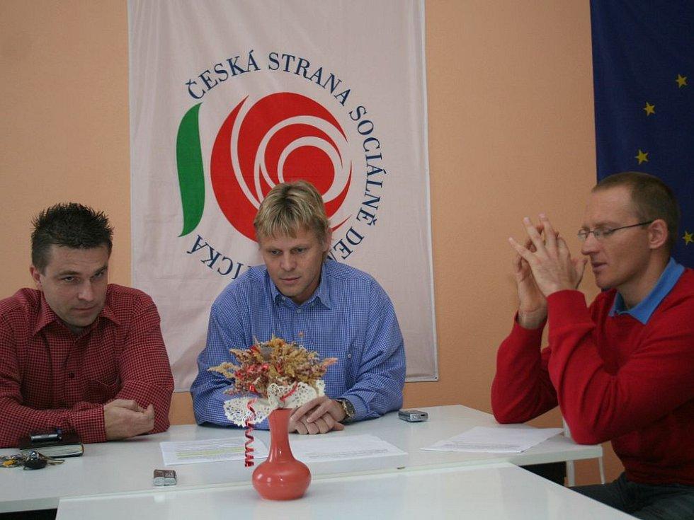 Předseda okresního výkonného výboru ČSSD na Znojemsku Zbyšek Kaššai (uprostřed) oznamuje vystoupení strany z koalice na znojemské radnici.