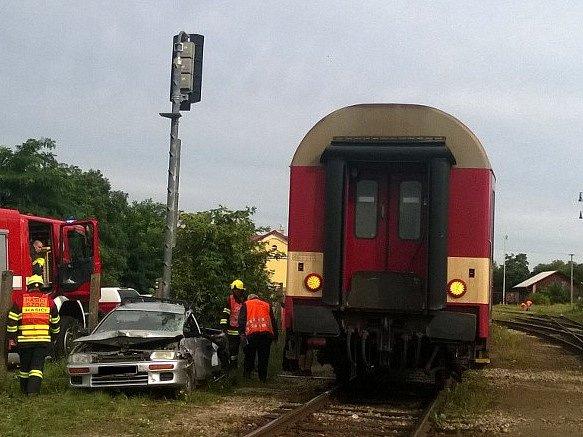 Je to přesně týden, co se na Znojemsku srazilo auto s vlakem. I tohle pondělní ráno došlo k podobné srážce. Tentokrát na železničním přejezdu u Moravského Krumlova. Po půl osmé ráno se tam srazil vlak s osobním autem. Jeho řidič utrpěl zranění.