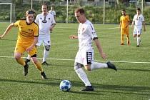 Tasovičtí fotbalisté (v bílém) mají přípravu na další ročník skoro za sebou. Čeká je jen zápas s U19 1. SC Znojmo.