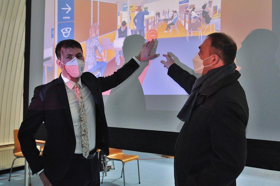Virtuální model očkovacího centra ve Znojmě pomůže s plynulostí ostrého provozu. Na snímku starosta Znojma Jakub Malačka (vlevo) a místostarosta a lékař Pavel Jajtner.