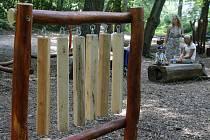 Přírodní dětský park ve znojemských Gránicích má nové atrakce. Například zvláštní hudební nástroj, takzvaný dendrofon, nebo speciální doskočiště.
