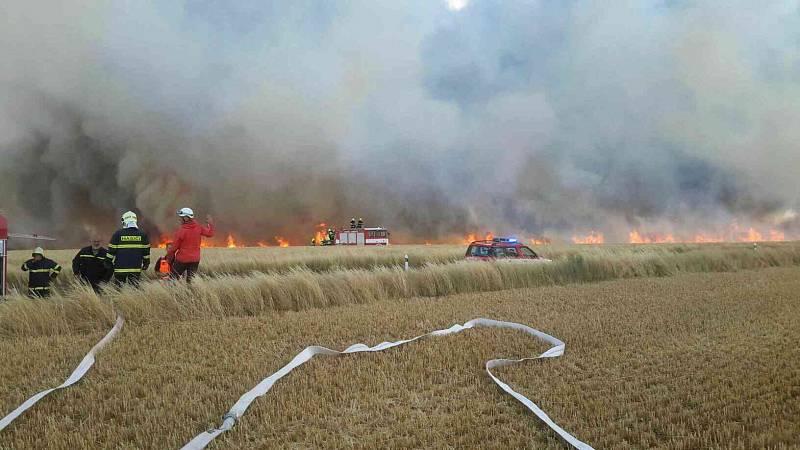 Požár pole a pneumatik u Suchohrdel u Znojma.