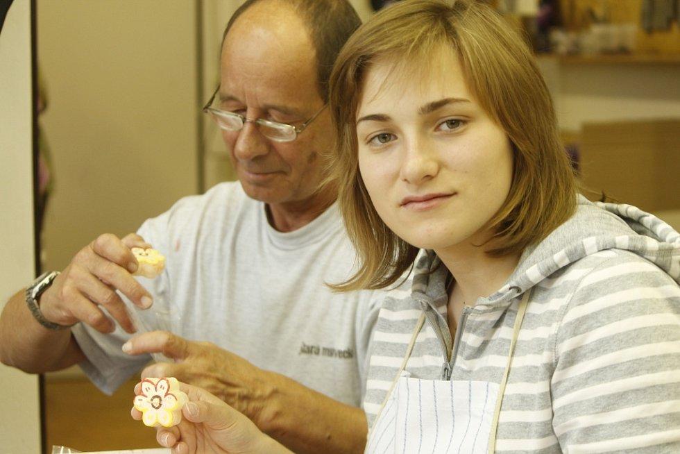 Tři dívky z Ukrajiny přijely do Znojma, aby ve zdejších Chráněných dílnách získaly praxi potřebnou pro výrobu svíček. Díky znojemské Charitě totiž v ukrajinské Zoločivi vznikla nedávno svíčková dílna.