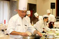 Francouzský kuchař Frank Sucillon (na snímku muž s brýlemi) připravoval ve čtvrtek v sále bývalého hotelu Dukla ve Znojmě společně s mladými kuchaři tradiční znojemskou krmi.
