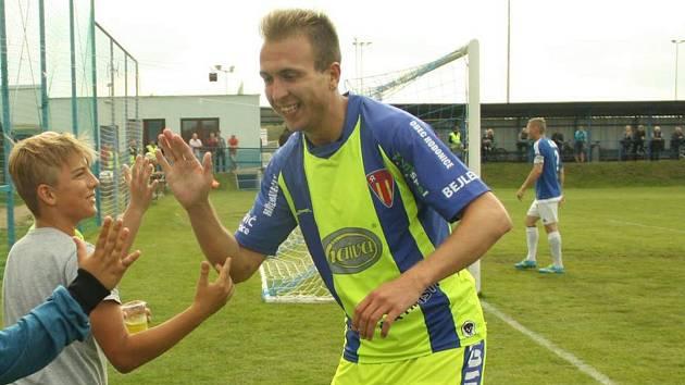 Fotbalista Pavel Lapeš (ve žlutém) oslavuje gól s fanoušky.