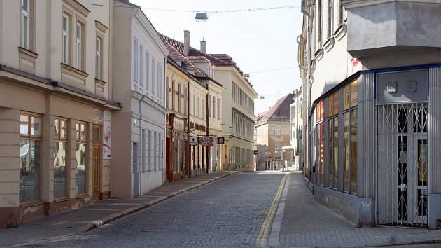 Na Zámečnické ulici, která ústí na Masarykovo náměstí ve Znojmě, srazil v neděli před půl dvanáctou řidič osobního auta malé dítě.