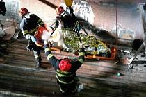 Zraněného muže zachraňovali hasiči z čtyřmetrové hloubky poblíž Hrušovan nad Jevišovkou.