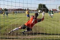 Druhá penalta z kopačky Zdeňka Doležala míří do brány Bystrce.