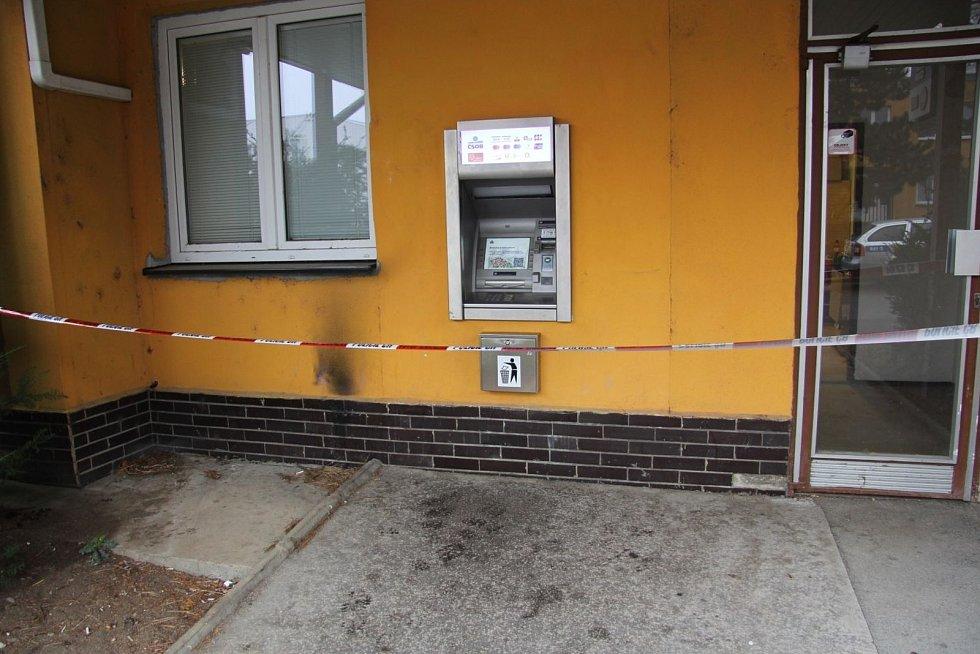 """Takto se pokusil vykrást bankomat zloděj v Brně. V Hevlíně si lupič vzal na """"pomoc"""" nejspíš výbušninu."""