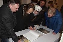 Novou publikaci o své bohaté sbírce orientálních zbraní představilo znojemské Jihomoravské muzeum.