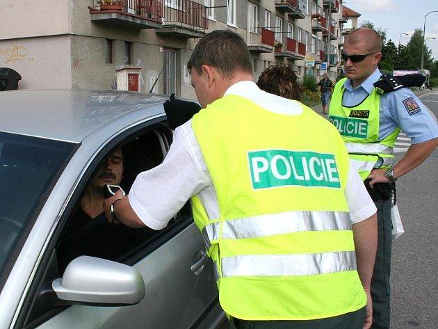 Dopravně bezpečnostní akce Léto za volantem přinesla vzorným řidičům odměnu z rukou policistů.