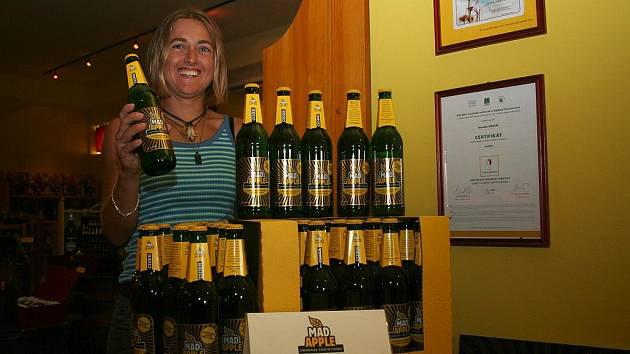 Lenka Beranová nabízí první tuzemský nápoj cider. Firma Mad Apple ho prodala už dvacet tisíc litrů.