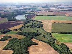 Oleksovické vřesoviště je oblíbeným vycházkovým cílem. A přírodní památkou. Nedaleko se rozkládá mokřina s řadou vzácných druhů živočichů.