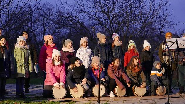 Sousedské Vánoce ve Vrbovci zahájilo rozsvěcení vánočního stromu.